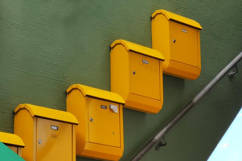 Vier gelbe Briefkasten